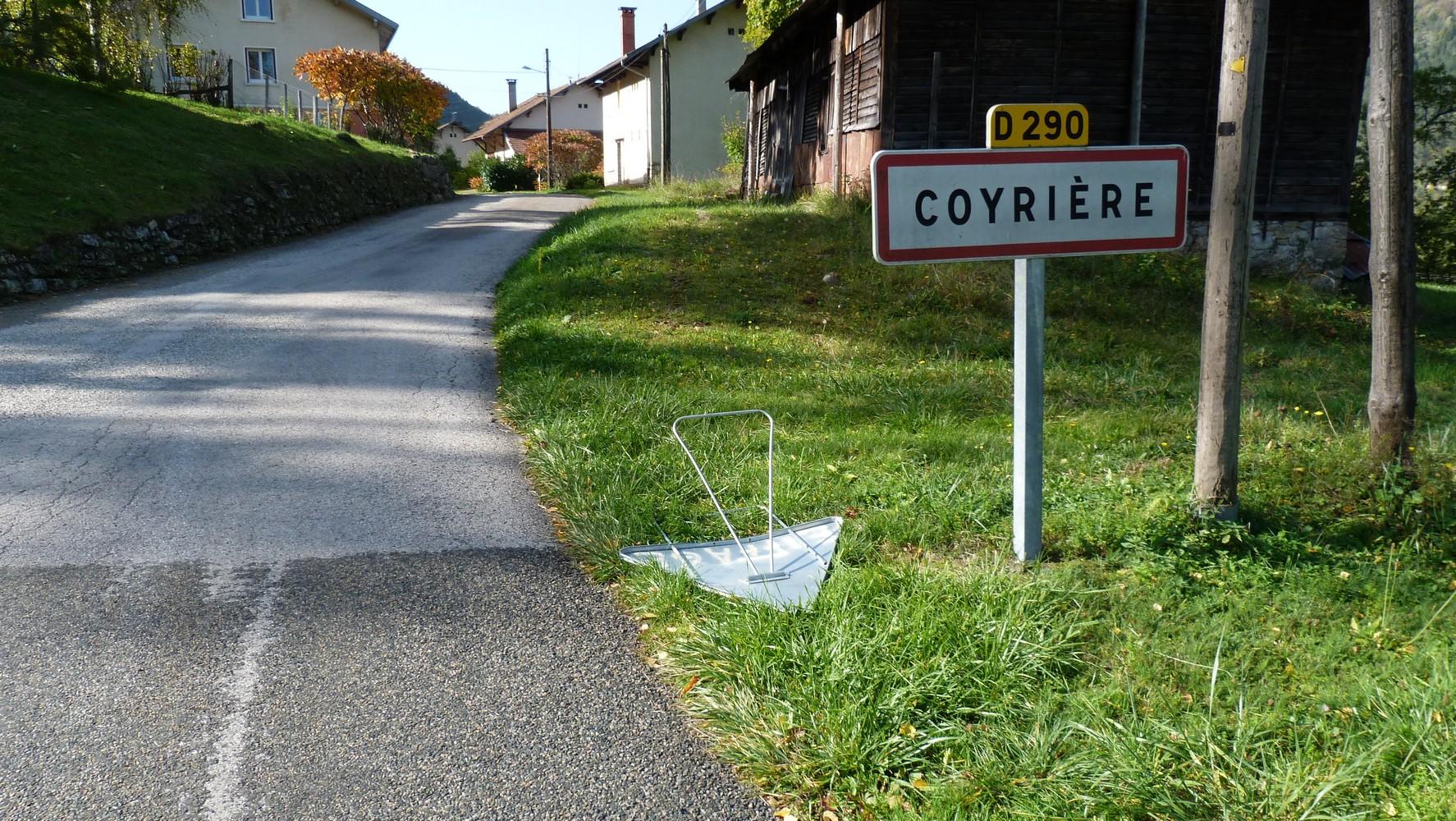 Travaux à Coyrière, entre signalisation absente et panneaux couchés, cherchez l'erreur…